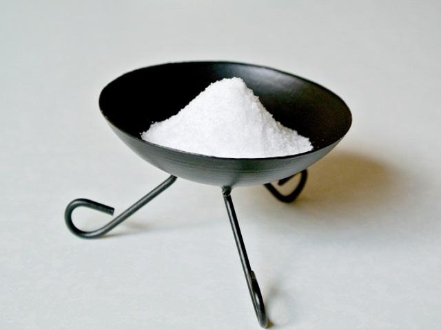 お清めの塩って食塩でもいいの?お清めの塩の意味や使い方とは
