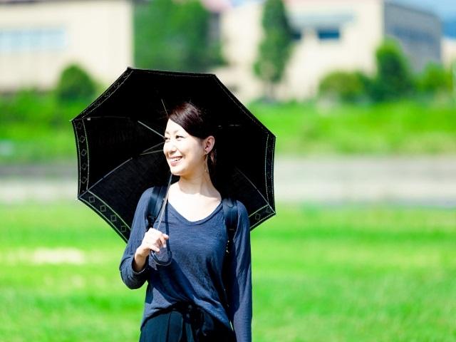 日傘は黒や紺が効果的?色によって違うがあるの?おススメの日傘は?